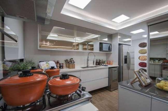 31. Cozinha branca com armário aéreo de vidro reflecta – Foto Marel