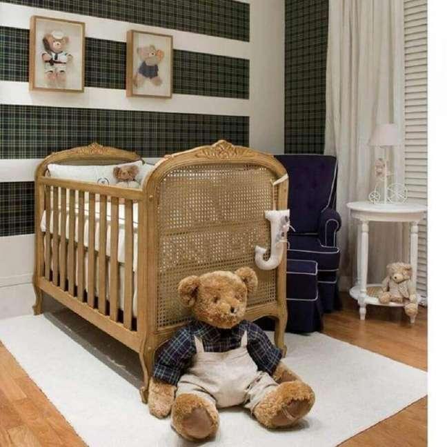 39. Decoração de quarto de bebê com papel de parede xadrez e berço de madeira provençal – Foto: Celina Dias Bebe