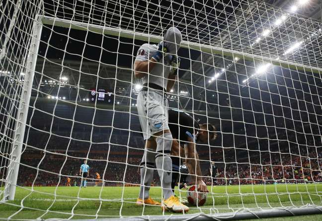 O goleiro Thomas Strakosha, da Lazio, cobre o rosto após falhar feio e fazer gol contra