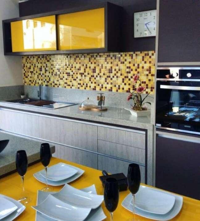 6. Armário de vidro amarelo na cozinha moderna – Foto Pastilha Resinada