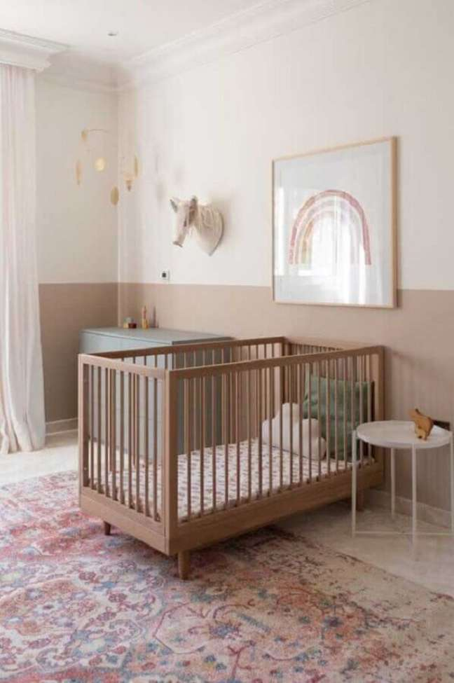 43. Decoração em cores neutras para quarto de bebê com berço de madeira simples – Foto: Decor Fácil