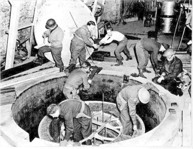 Soldados aliados inspecional o Reator Experimental de Haigerloch