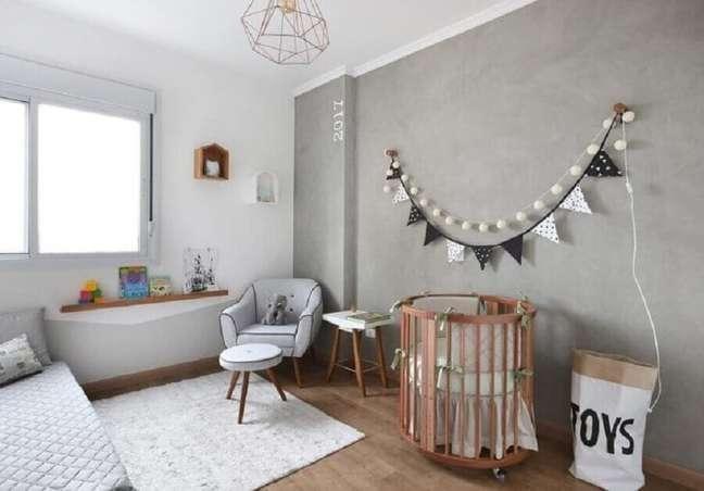 51. Mini berço de madeira para quarto de bebê cinza e branco decorado com parede de cimento queimado – Foto: Studio Vida Design