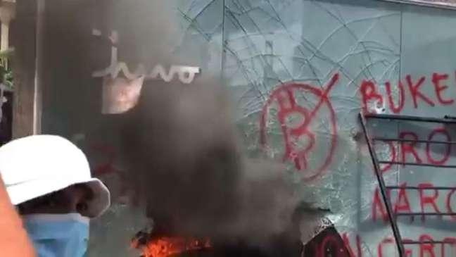 Caixa eletrônico de bitcoin é queimado em protesto em El Salvador