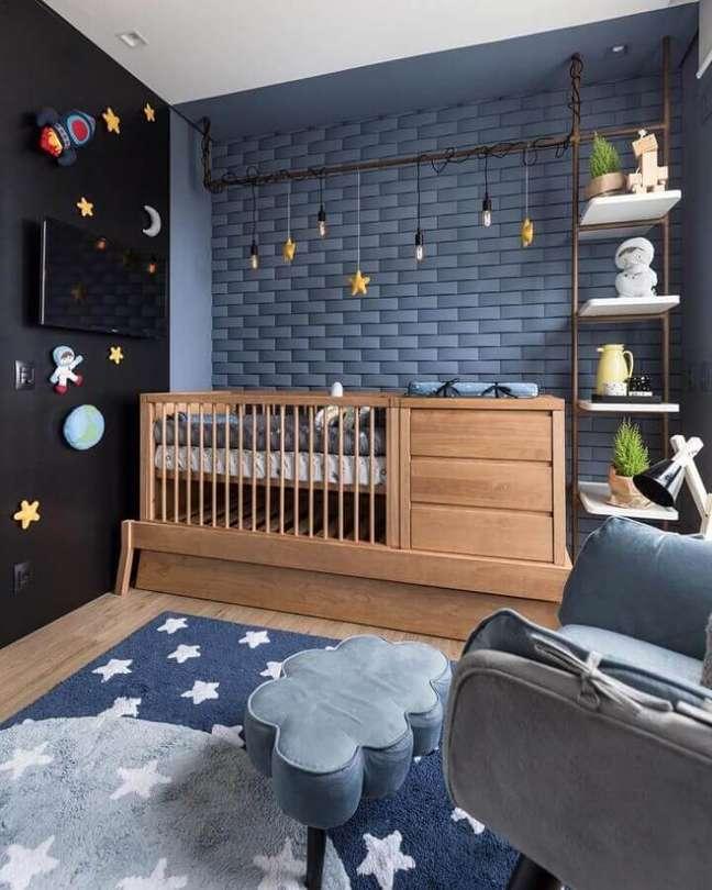 6. Berço de madeira com gaveta para quarto de bebê moderno decorado com parede azul e preta – Foto: Greisse Panazzolo