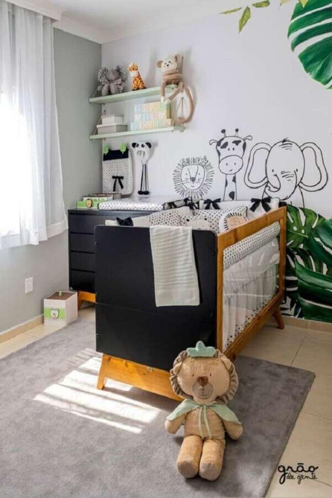 5. Quarto de bebê safari decorado com berço de madeira e tapete cinza – Foto: Grão de Gente