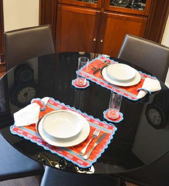 12. Decoração simples para mesa preta com jogo americano artesanal – Foto: Circulo
