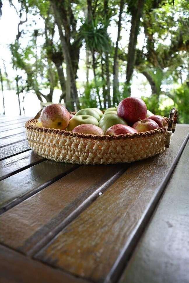 11. Mesa de madeira decorada com fruteira artesanal – Foto: Circulo