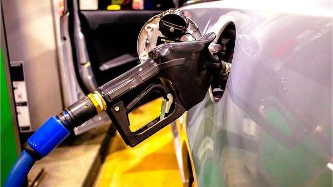 Litro de gasolina passa de R$ 7 em alguns locais