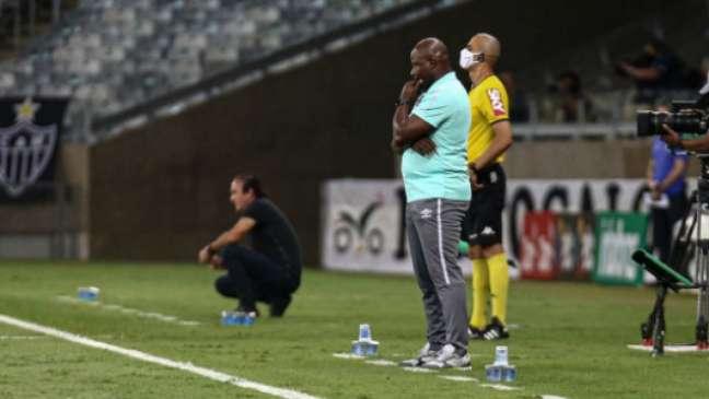 Marcão à beira do campo na derrota para o Atlético-MG (Foto: Lucas Merçon/Fluminense FC)