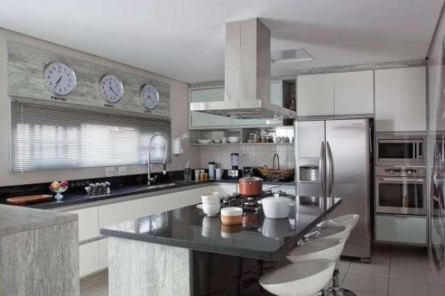 56. Decoração de cozinha moderna com armário de vidro – Foto Movdecor