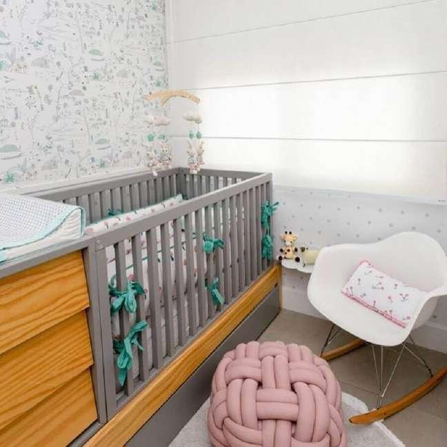 10. Berço de madeira com gaveta para quarto de bebê cinza e branco decorado com cadeira de balanço – Foto: Decor Petit