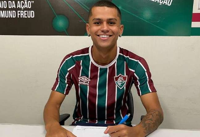 Luan Brito assinou o novo vínculo nesta quinta-feira com o Fluminense (Foto: Reprodução)