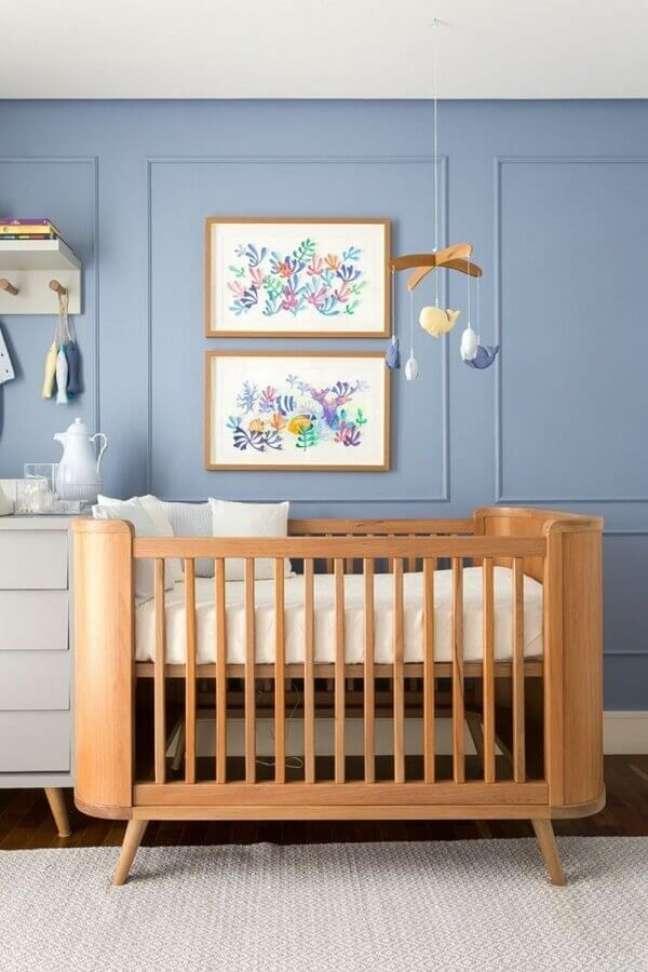 52. Quarto de bebê azul decorado com mobile para berço de madeira – Foto: Home Fashion Trend