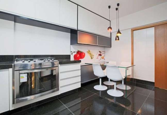 32. Cozinha branca com armário de vidro fosco – Foto Eduarda Correa