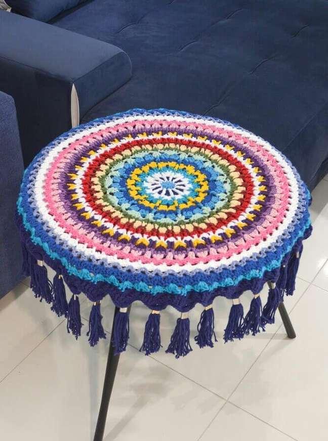 5. Decoração com toalha de mesa redonda colorida – Foto: Circulo