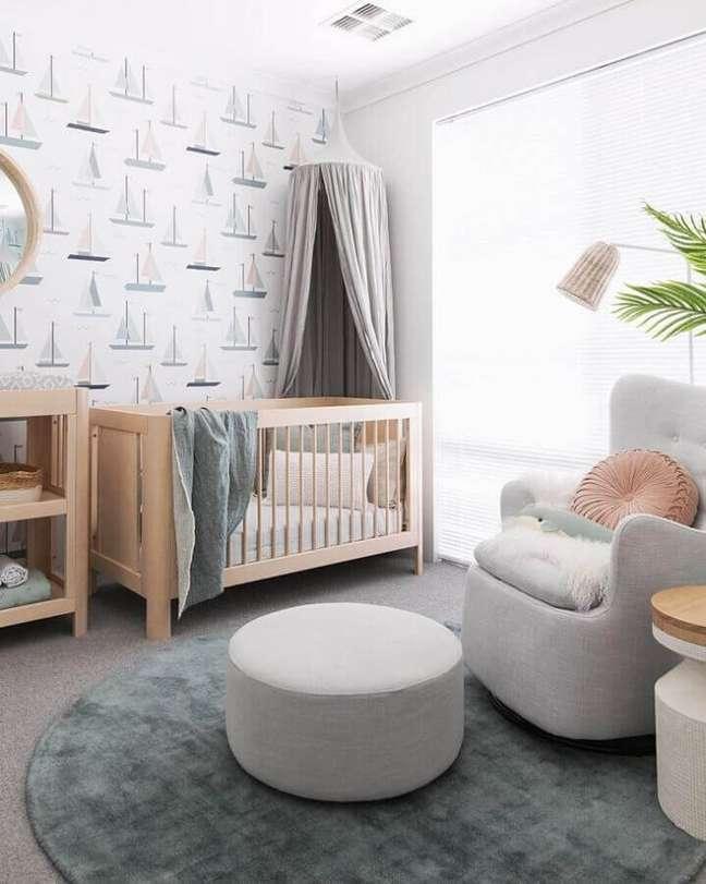 26. Berço de madeira para quarto de bebê cinza e branco moderno decorado com papel de parede de barquinhos – Foto: Tarina Wood