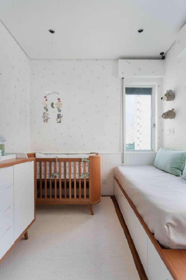 15. Berço de bebê de madeira para quarto branco decorado com cama planejada – Foto: Duas Arquitetura