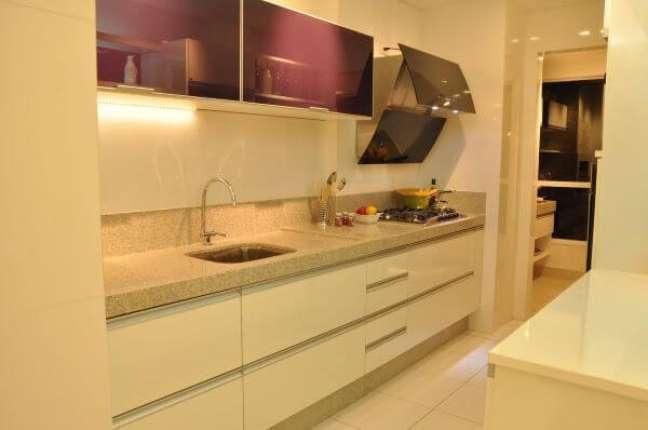 49. Cozinha planejada com armário de vidro roxo e bancada de granito bege – Foto Ana Cinthia Lopes