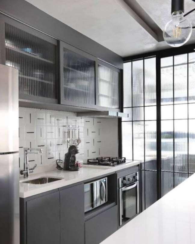 35. Cozinha com armário de vidro canelado – Foto GF Projetos