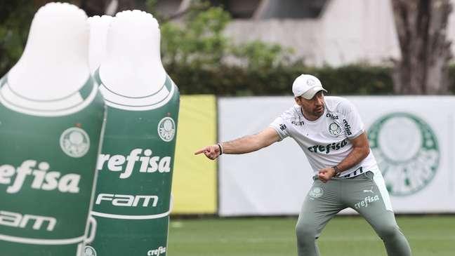 Abel Ferreira no treino do Palmeiras nesta quinta-feira: técnico ainda não sabe se poderá contar com Danilo
