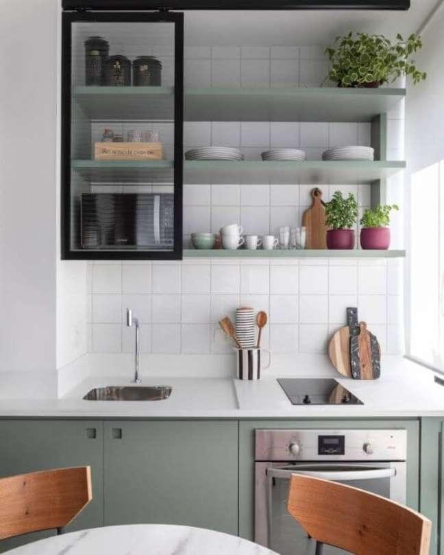24. Armário de vidro para cozinha moderna em verde sage – Foto AcF Arquiteutra