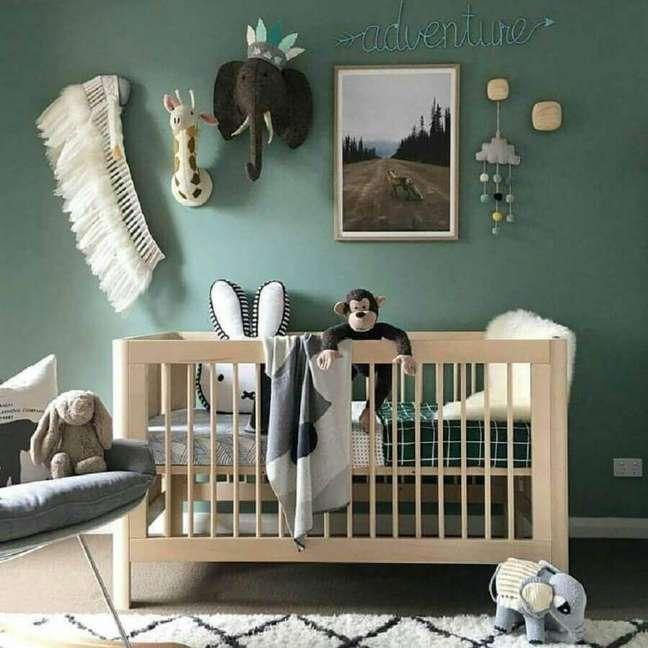 58. Quarto de bebê verde decorado com berço de madeira simples – Foto: Ally Batties