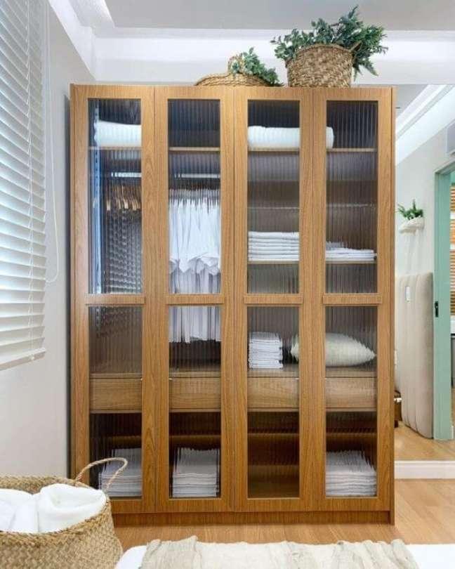 1. Armário de vidro canelado para cozinha moderna – Foto Manoela Flec