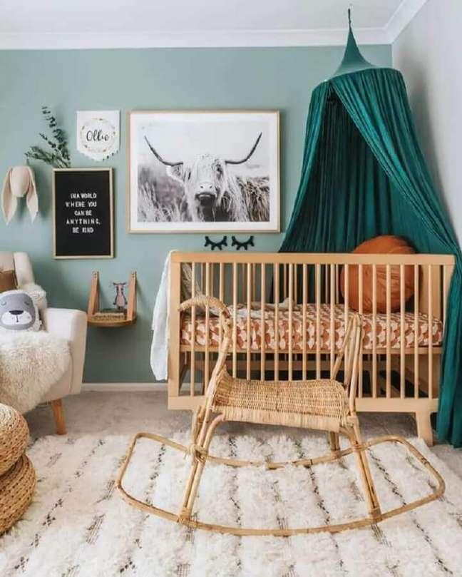 49. Dossel de teto para quarto de bebê simples decorado com berço de madeira – Foto: The Spruce