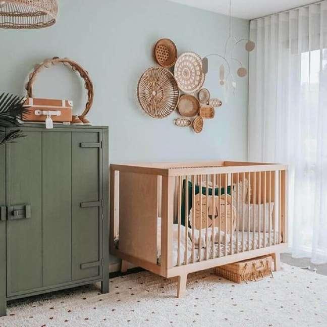17. Berço de bebê de madeira para quarto simples decorado com parede azul claro e armário antigo – Foto: DecoIdeas