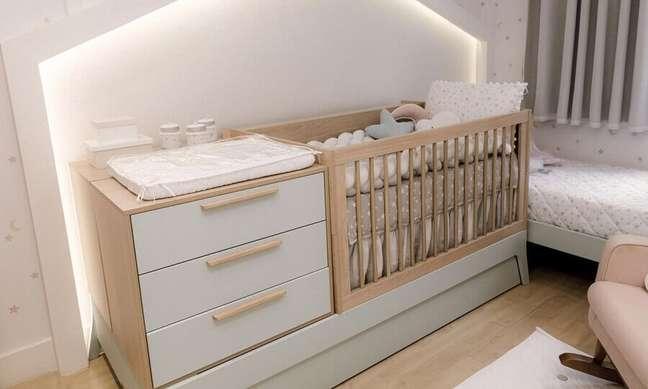 34. Decoração clean para quarto de bebe com berço de madeira com gaveta – Foto: Grão de Gente