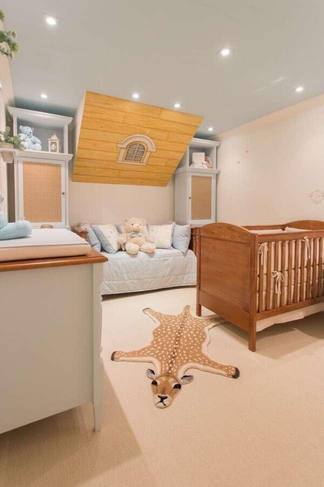 20. Berço de madeira e tapete de girafa para decoração de quarto de bebê planejado – Foto: By Kami