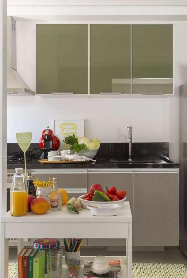 39. Cozinha com armário de vidro verde e cinza – Foto Ahsim