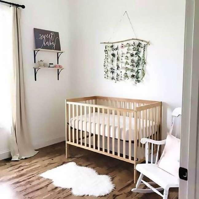 46. Decoração simples para quarto de bebê com berço de madeira e cadeira branca – Foto: Etsy
