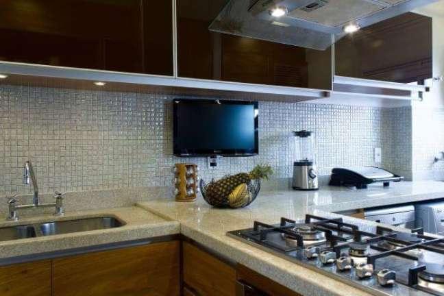 60. Revestimento para cozinha com pastilhas na cor prata e armário de vidro preto – Foto Semiramis Alice Arquitetura e Design