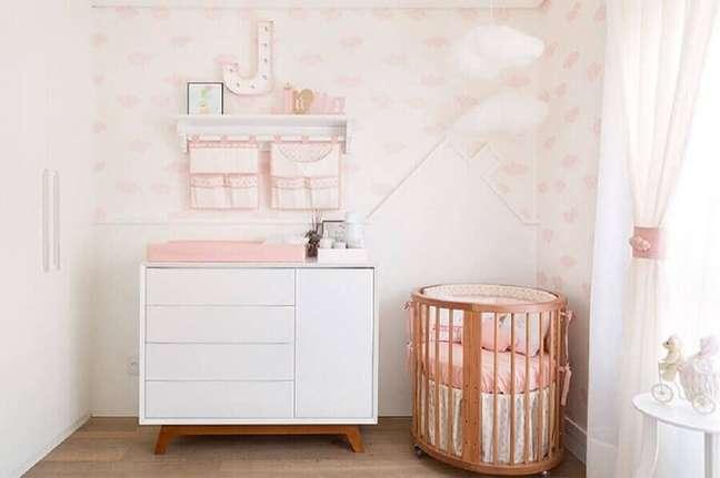 8. Quarto de bebê branco e rosa decorado com mini berço de madeira – Foto: Decor Fácil