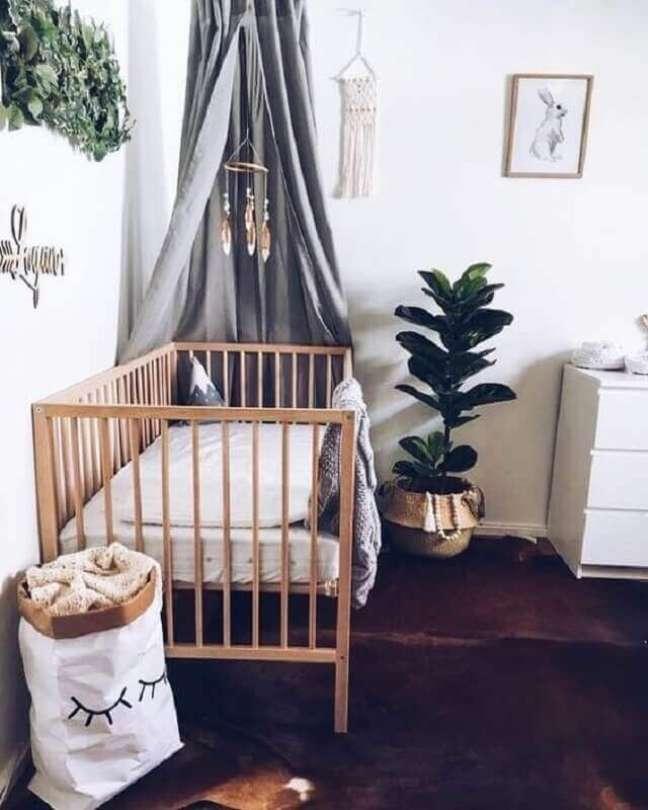 47. Decoração simples para quarto de bebê com dossel cinza para berço de madeira – Foto: Chaves na Mão