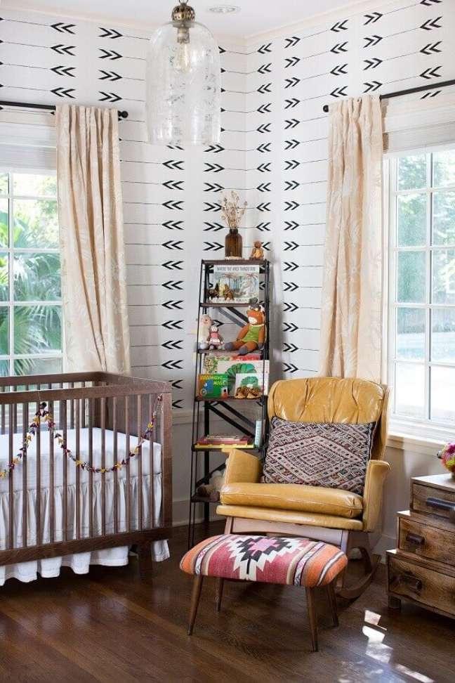 2. Berço de madeira e poltrona amarela para decoração de quarto de bebe simples – Foto: Apartment Therapy