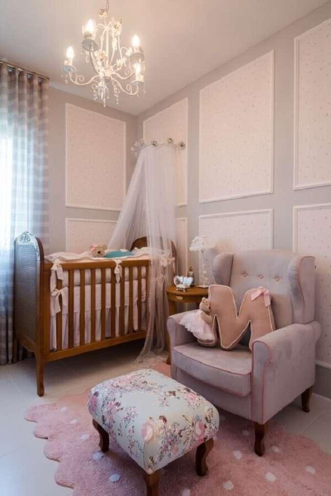 48. Dossel de parede para quarto de bebê cinza e rosa decorado com berço de madeira – Foto: TulipaBaby