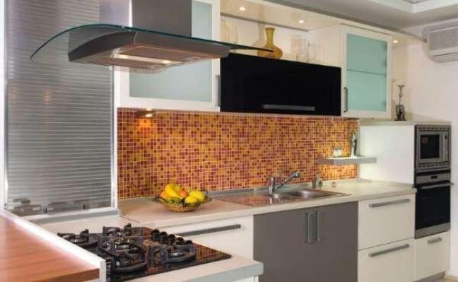 37. Cozinha com armário de vidro e pastilhas laranja – Foto iStock