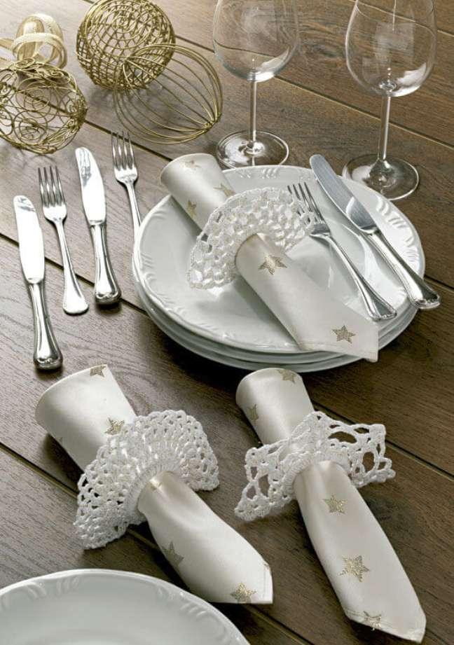13. Guardanapo prata com estrelas douradas para decoração de mesa de Ano Novo – Foto: Circulo