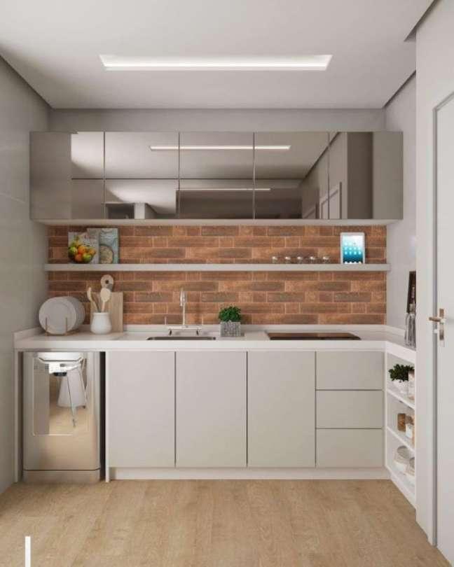 2. Cozinha pequena com bancada de quartzo branco e armários cinza espelhado – Foto Lorena Lima Interiores