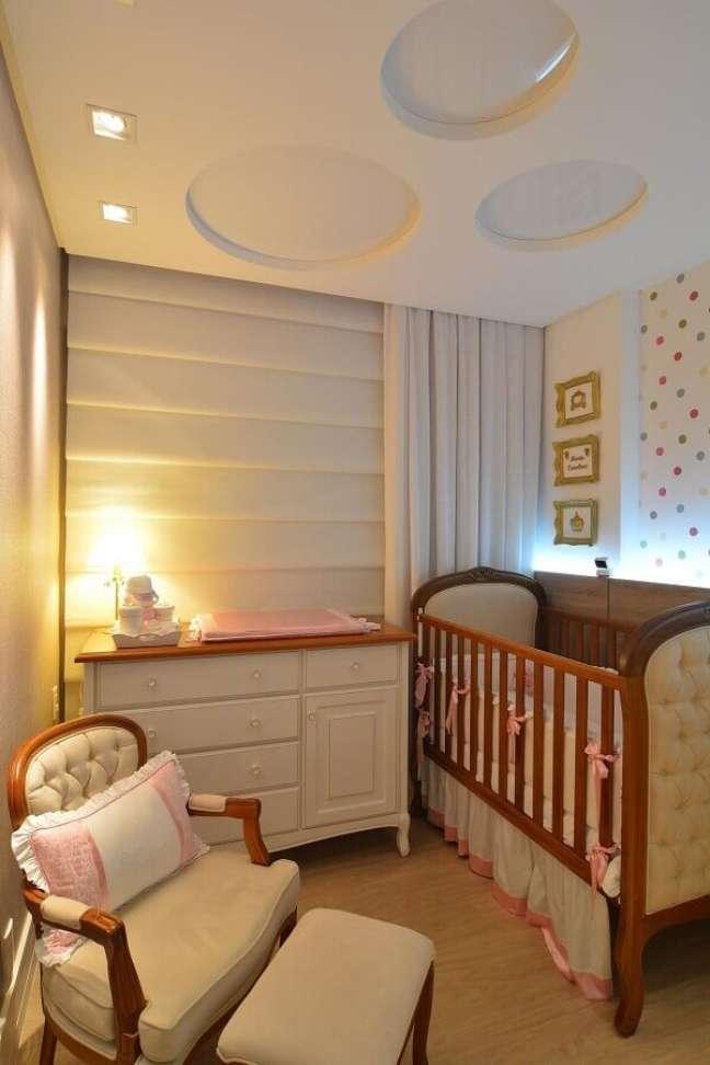 3. Cores claras para quarto de bebe pequeno decorado com berço de madeira capitonê – Foto: Anna Maya Arquitetura