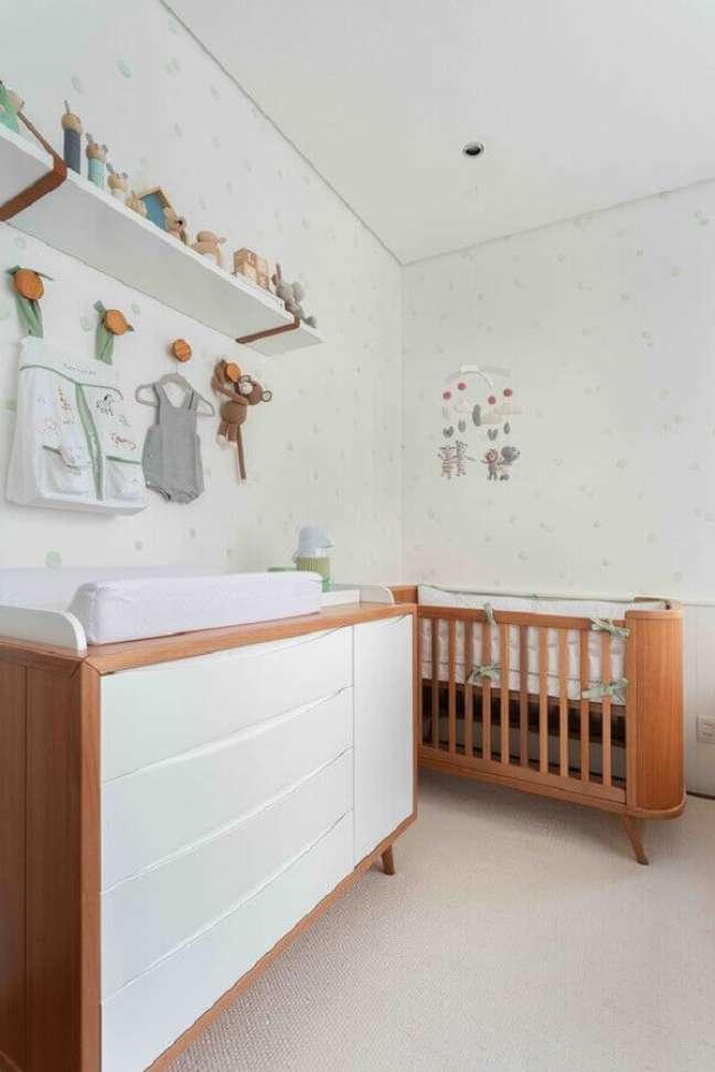 12. Berço cor de madeira para decoração de quarto de bebê branco – Foto: Duas Arquitetura