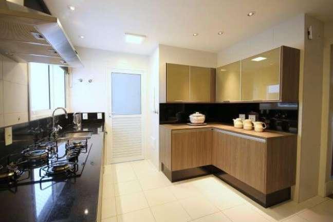 13. Armário de cozinha de vidro na cor bege com gabinetes de madeira – Foto Meyer Cortez