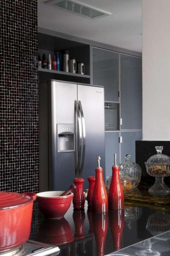 58. Cozinha com porta de vidro e pastilhas pretas – Foto Jamile