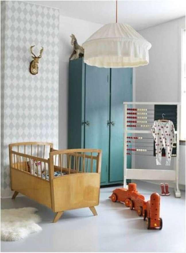 4. Mini berço de madeira para quarto de bebe simples decorado com papel de parede cinza e branco – Foto: Just Real Moms