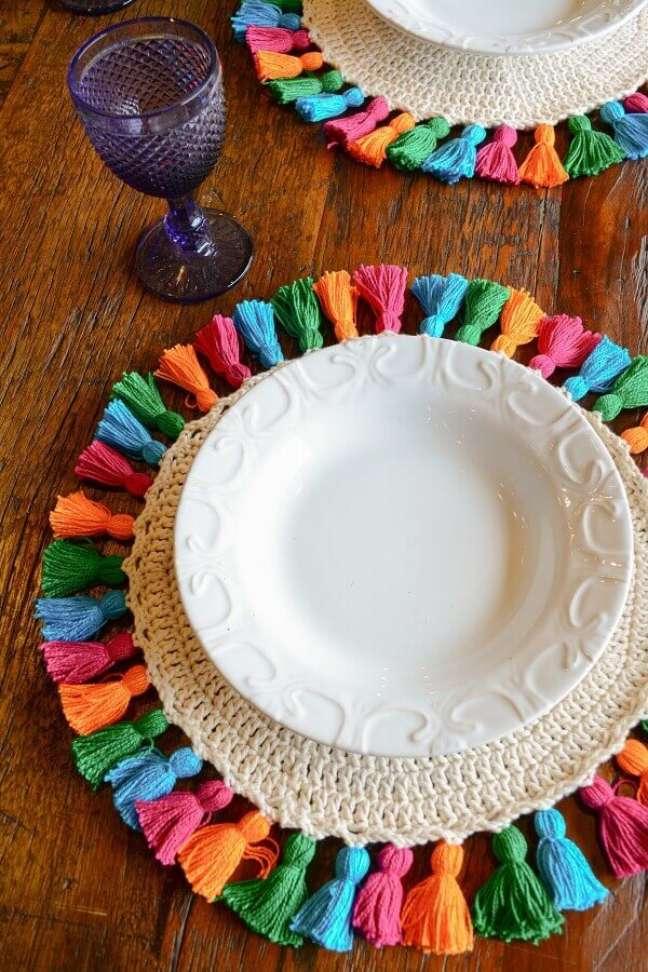8. Decoração de mesa de madeira com sousplat de crochê colorido – Foto: Circulo