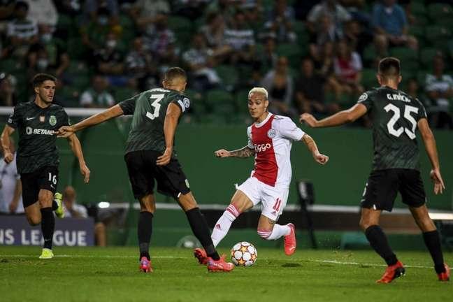 Antony deu duas assistências para Haller na vitória do Ajax sobre o Sporting (Foto: PATRICIA DE MELO MOREIRA / AFP)