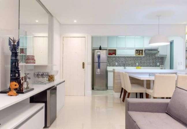 54. Decoração de cozinha americana com armário de vidro – Foto Milla Holtz